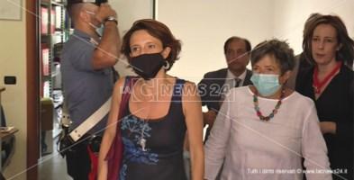L'arrivo del Ministro Bonetti insieme alla presidente del Centro Mantelli e alla senatrice Vono nella sede di Catanzaro