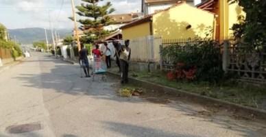 Degrado a San Pietro Lametino, i migranti ripuliscono le strade