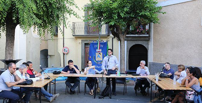 Saracena, un momento del consiglio comunale in piazza