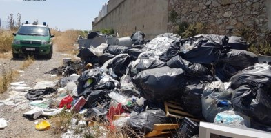 Rifiuti abbandonati, sequestrato terreno agricolo a Rota Greca