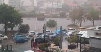 Maltempo, bomba d'acqua a Palermo: 2 morti e gente a nuoto in strada