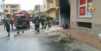 Incendio in un garage nel Crotonese, messe in salvo sei persone: video