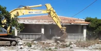 Le operazioni di demolizione a Crotone
