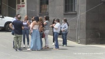 Un gruppo di operatori davanti al Comune di Cosenza