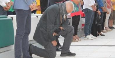 L'assessore regionale Sergio De Caprio raccolto in preghiera durante la messa commemorativa