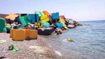 Catanzaro, l'artista Sirelli torna a colorare gli scogli del porto
