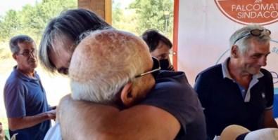 Giuseppe Falcomatà mentre abbraccia lo zio Tiberio durante la presentazione delle liste