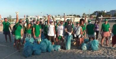 Spiagge pulite, a Soverato giovani volontari in azione: video