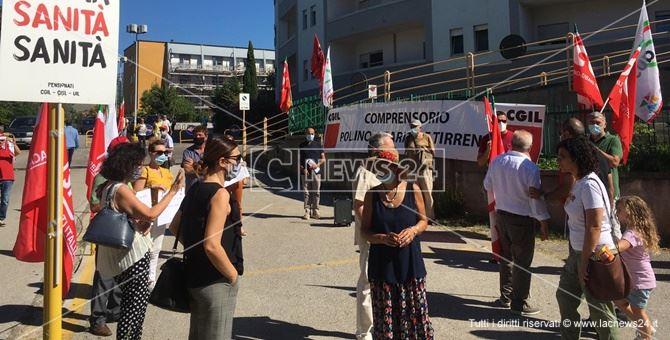 La protesta davanti all'ospedale Ferrari di Castrovillari