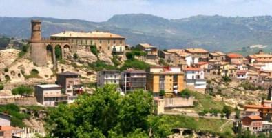 Coronavirus, sindaco del Crotonese blinda il paese: «Tutto chiuso, non uscite di casa»