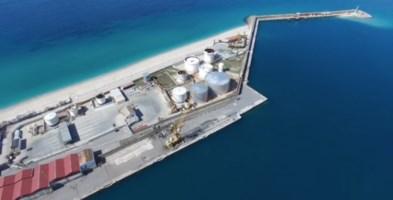 Il porto di Vibo Marina con i serbatoi petroliferi