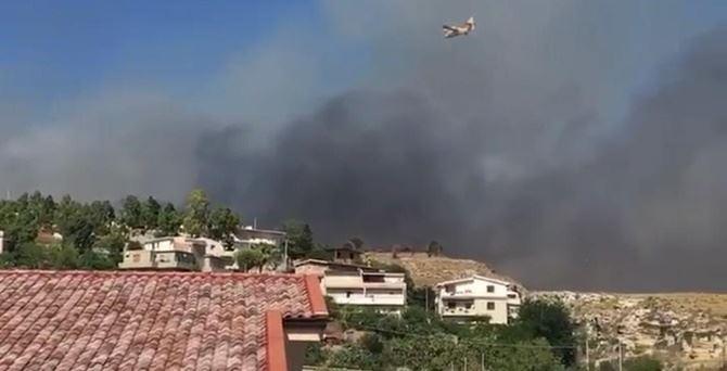 La colonna di fumo che si alza dal centro abitato di Lazzaro Marina