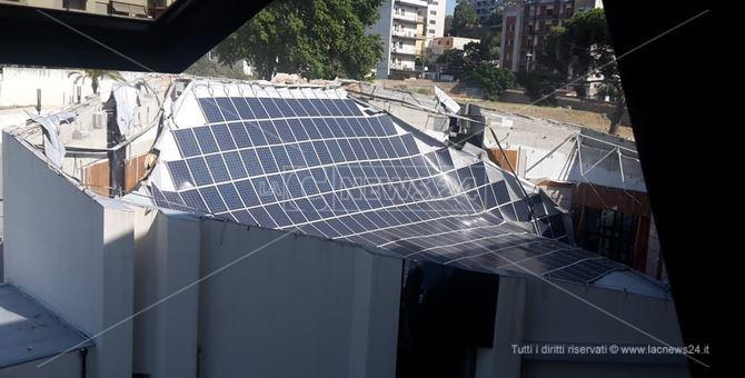 Il tetto crollato dell'auditorium del consiglio regionale della Calabria