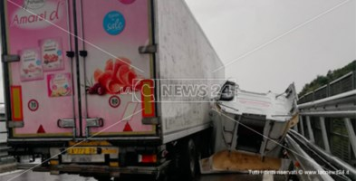 Incidente sull'A2, tir si ribalta: camionista ferito trasferito in elisoccorso a Cosenza