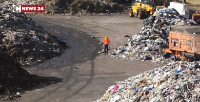 La Calabria annega nei rifiuti mentre il trasporto fuori regione procede a rilento