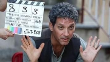 L'attore Beppe Fiorello durante le riprese di Tutto il mondo è paese