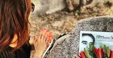 La figlia del giudice Scopelliti, Rosanna, sulla tomba del padre