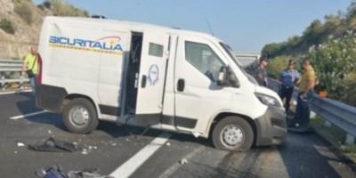 Il furgone portavalori preso di mira dal commando, foto ansa