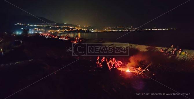 I falò sulla spiaggia della Marinella, a Pizzo (foto Alessandro Cucciarelli)