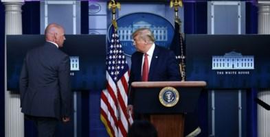 Il momento in cui Trump viene scortato fuori (foto Cnn)