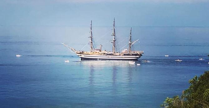 La nave Amerigo Vespucci al largo di San Lucido (foto facebook Luigi Novello)