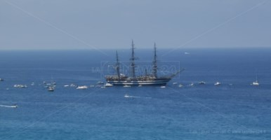 La nave Amerigo Vespucci al largo di Tropea