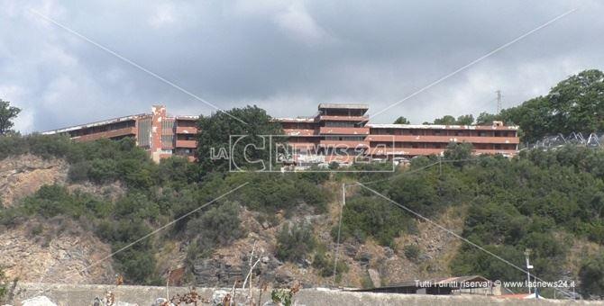 L'ospedale di Cetraro dove l'Asp ha reso disponibili nel complesso, 32 posti letto per pazienti Covid