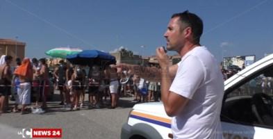 Il sindaco di Soverato mentre parla ai ragazzi in fila per il tampone