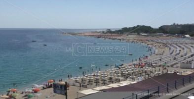 Il mare di Soverato calamita irresistibile: le interviste ai bagnanti di Ferragosto