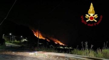 Notte di fuoco a Catanzaro, vasto incendio minaccia le abitazioni in località Petrusa