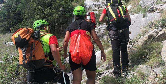Il soccorso alpino durante il recupero della donna