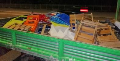 Parte delle sedie e degli ombrelloni sequestrati