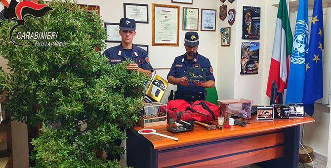 I militari con il materiale sequestrato