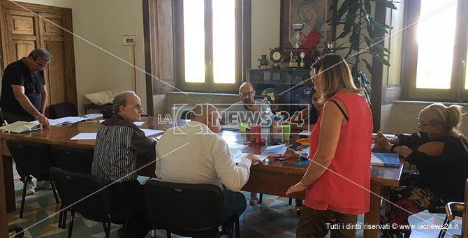 La commissione elettorale circondariale durante i lavori