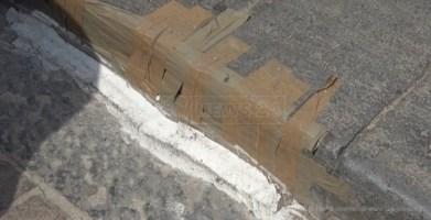 Lamezia, marciapiede riparato con lo scotch per fermare i topi: degrado in centro
