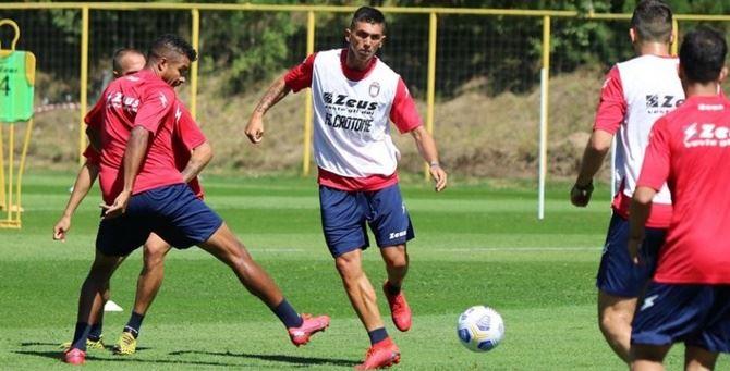 Alcuni calciatori durante l'allenamento - foto dalla pagina Fb