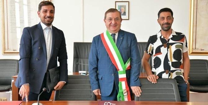 Pasquale e Daniele con il sindaco della città
