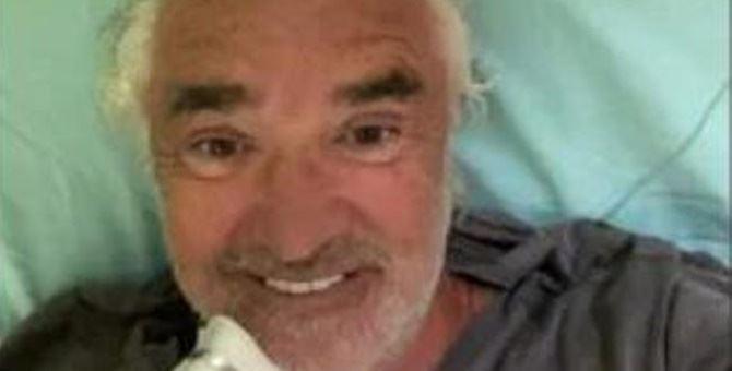 Il selfie di Flavio Briatore dal letto dell'ospedale San Raffaele