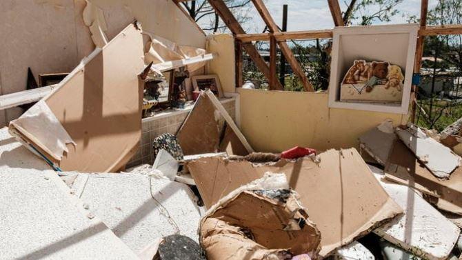 I danni causati dall'uragano Laura