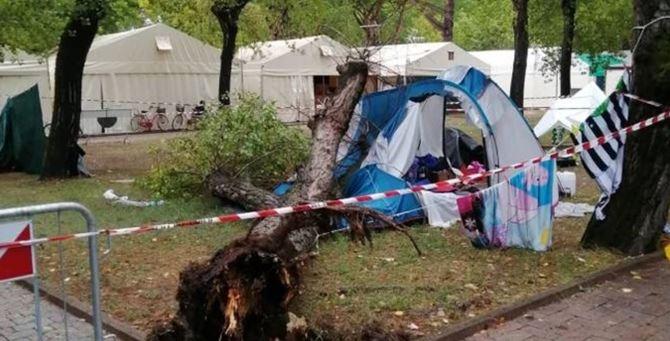 La tenda della tragedia (foto La Nazione)