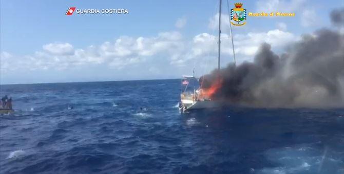 La barca in fiamme subito dopo l'esplosione