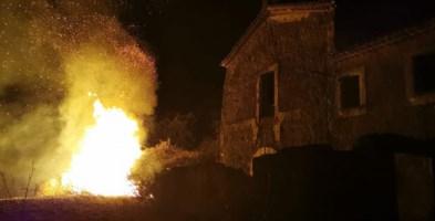 Le fiamme nei pressi dell'ex convento dei Cappuccini a Saracena