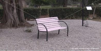 La panchina rosa installata al Parco urbano di Vibo