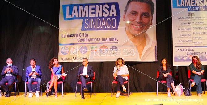 Lamensa sul palco insieme alla governatrice Jole Santelli e altri leader del centro destra