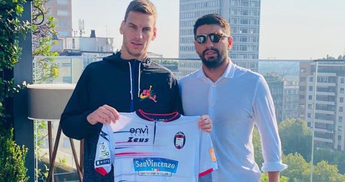 Il calciatore serbo Vulic, foto dalla pagina fb del Crotone