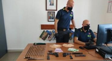 Le armi, le munizioni e i contanti sequestrati a Tropea