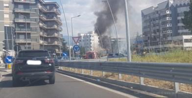 Rende, furgone in fiamme sulla Statale 107: traffico bloccato