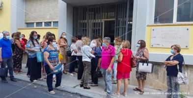 Alcuni insegnanti in fila presso gli uffici Asp di Castrovillari