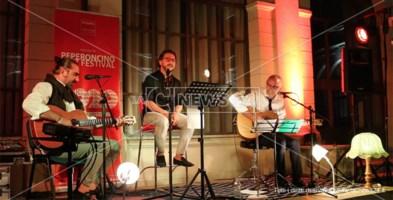 Sarà Calabrese, Dario De Luca e Daniele Moraca durante il concerto spettacolo