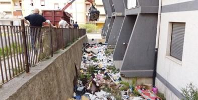 Un momento dei lavori di bonifica nel quartiere rom di viale Isonzo a Catanzaro